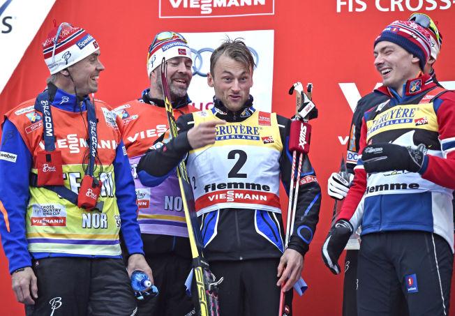 <p>BLODSLITET OVER: Landslagssjef Vidar Løfshus (t.v.), landslagstrener Trond Nystad, Petter Northug og Finn Hågen Krogh under premieutdelingen i går.</p>
