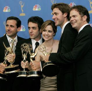 <p>SIGNATURROLLE: Rainn Wilson (t.h.) spilte Dwight Schrute i «The Office» (2005-2013). Her under Emmy-utdelingen i 2006 sammen med (f.v.) Steve Carrell, B.J. Novak, Jenna Fischer og, John Krasinski.</p>