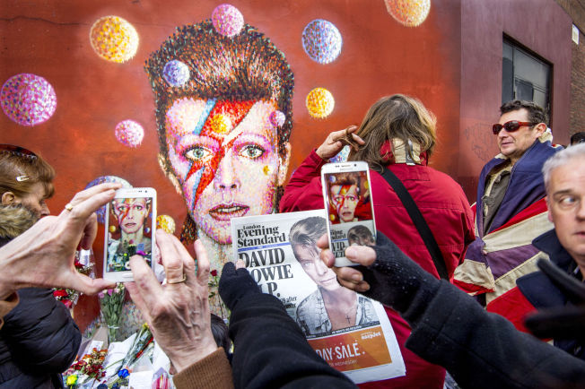 <p>FANSEN STRØMMER TIL: David Bowie-veggmaleriet i Brixton, ikke langt fra hvor legenden vokste opp, har blitt samlingssted for sørgende fans etter den svært triste beskjeden kom mandag morgen.<br/></p>