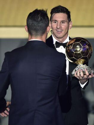 FEM MOT TRE: Lionel Messi vant sin femte Gullball, og gratuleres her av Cristiano Ronalo som bare har tre.