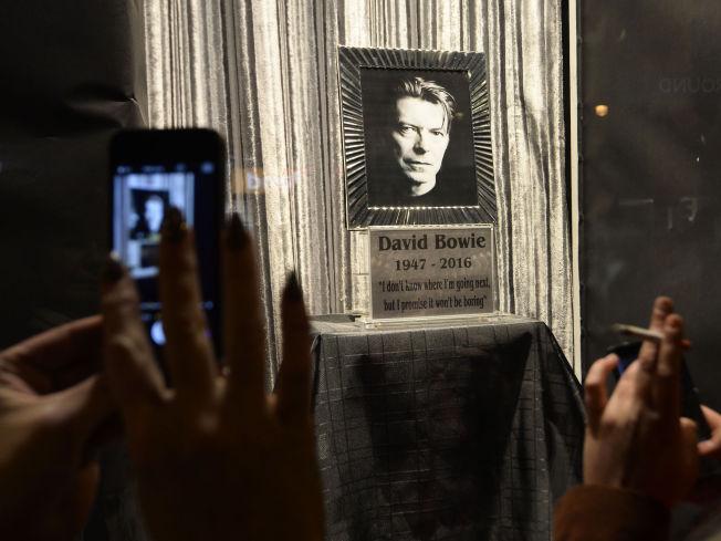 <p>STJERNE: David Bowies sitat om hvordan han trodde han kom til å ha det etter sin bortgang skapte stor interesse blant fansen, som knipset bilder av bildet.</p>