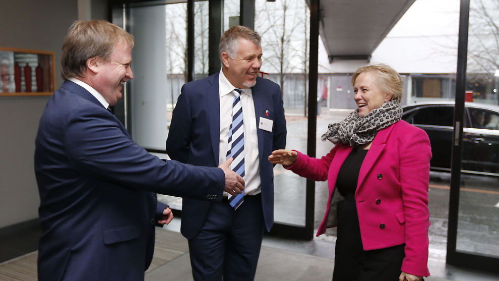<p>LØNN PÅ TINGET: Avtroppende fotballpresident Yngve Hallén (t.v.), genralsekretær Kjetil Siem og tidligere kulturminister Thorhild Widvey (H) på Fotballtinget i 2014. I februar i år vil NFF-toppenes lønn bli tema.</p>