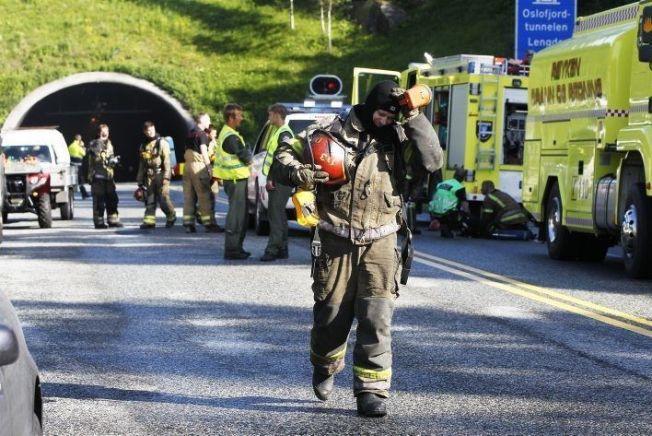 <p/> <p>OSLOFJORDTUNNELEN: Mange norske tunneler oppfyller ikke EUs tunnelsikkerhetsforskrift. I juni 2011 sto et vogntog lastet med papir i full fyr i bunnen av den undersjøiske Oslofjordtunnelen. 30 personer befant seg inne i tunnelen. Her fra redningsaksjonen på Røykensiden.</p>