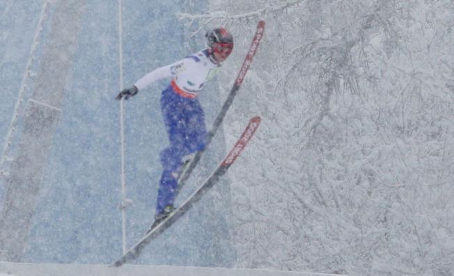 <p>HARDT SKADET: Lukas Müller mistet kontroll over skien da skoen sviktet under prøvehopping i Kulm.</p>