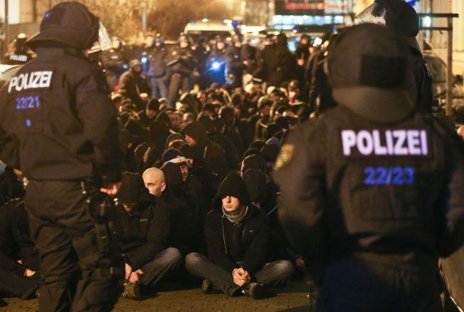 <p>DEMONSTRASJONER: Etter at over 500 kvinner anmeldte overfall, mange av dem seksuelle, i Køln og andre tyske byer nyttårsaften, har det vært demonstrasjoner mange steder i Tyskland. Flere asylsøkere etterforskes etter overfallene. Her demonstrerer ytre høyre organisasjonen PEGIDA i Leipzig.</p>