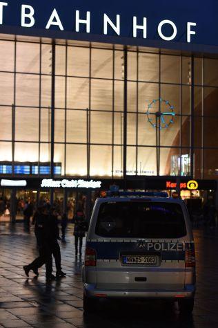 <p>KØLN: Her, utenfor jerbanestasjonen i Køln, har flere hundre kvinner anmeldt at de ble overfalt nyttårsaften. Siden har politisjefen måttet gå, og en lokalpolitiker antydet at kvinner må holde seg unna visse områder.</p>