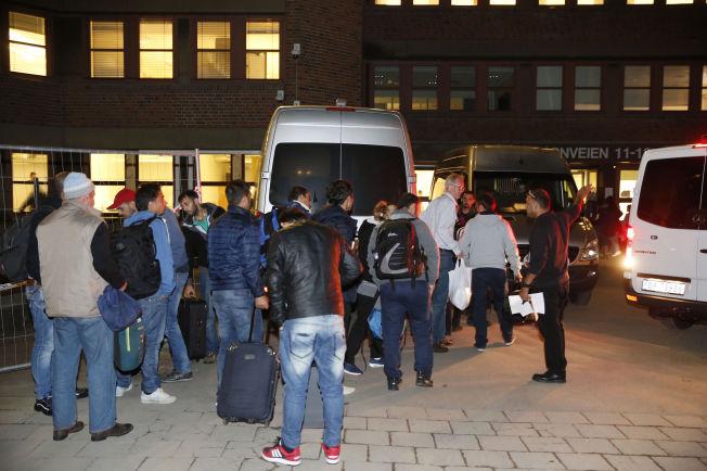 <p>FLEST MENN: Også til Norge kommer det langt flere mannlige enn kvinnelige asylsøkere. Her fra køen for å bli registrert etter ankomst til Norge.<br/></p>