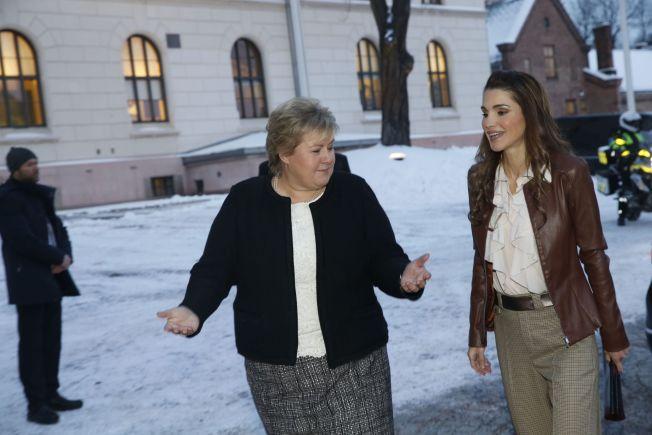 <p>PÅ BESØK; Statsminster Erna Solberg (H) gikk selv ut i morgenkulden torsdag for å ta imot dronning Rania av Jordan.</p>