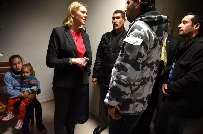 <p><b>PÅ EU-NIVÅ:</b> – Nasjonale innstramningstiltak er ikke noe fullgodt svar på utfordringene vi står overfor, og vi trenger felleseuropeiske løsninger, skriver kronikkforfatteren. Innvandringsminister Sylvi Listhaug møter flyktninger i Izmir i Tyrkia. Fra høyre: Ahmad Saeed, Abul Wahab Jrab og Osman Ali. Barna Sultane Ali (10) Zeineb Ali (2).</p>