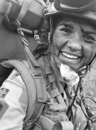 <p>FRISKUS I FORSVARET: Henriette Ofstad i full mundur - men en frostskade satte stopper for en karriere i Forsvaret.</p>