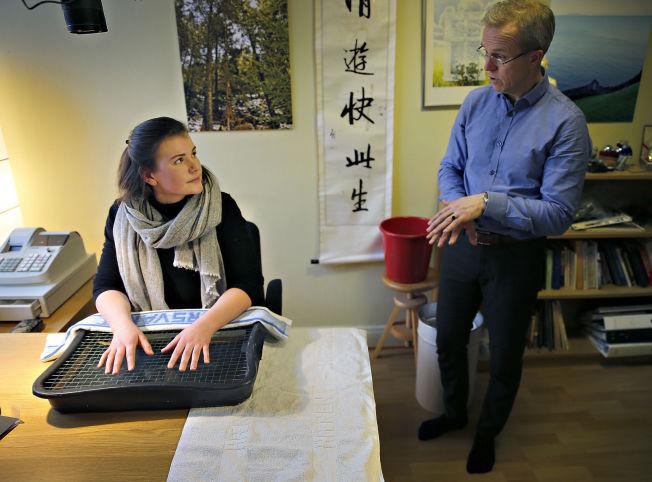 <p>FIKK VARIG SKADE: Henriette Ofstad (20) behandles nå med en ny utprøvende metode for å bedre blodsirkulasjonen i hendene etter frostskaden. Her sammen med avdelingslege Arne Johan Norheim i Forsvarets sanitet, som samarbeider med Universitetssykehuset i Tromsø om forskningen.</p>