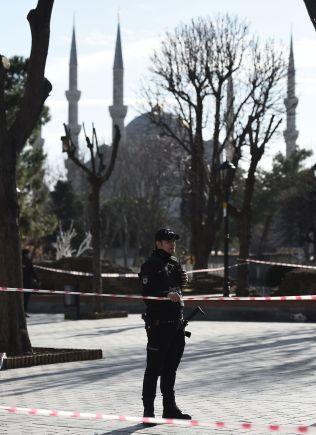 <p>VELKOMMEN TIL ISTANBUL: Tyrkisk politi ved sperringene like ved Den blå moske, et av Tyrkias mest populære turistmål, etter angrepet tidligere denne uken.<br/></p>