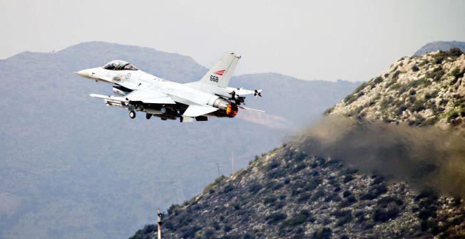 <p>BLIR HJEMME: Her er et norsk F-16 fotografert på vei mot Libya under Operation Odyssey Dawn i 2011. De norske jagerflyene har vært i drift siden tidlig 80-tall, og Forsvaret jobber hardt for å holde nok fly i luften. Derfor blir det ingen norske jagerflybidrag i kampen mot IS.</p>
