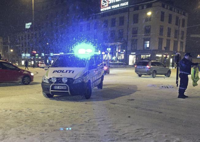 PÅ ELGJAKT I HOVEDSTADEN: Her jakter politiet på den løpske elgen på Majorstua i sentrum av Oslo.