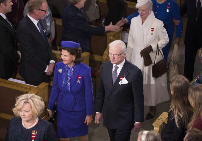 <p>STASELIG: Dronning Silvia, kong Carl Gustaf og dronning Margrethe på vei inn til gudstjenesten.</p>