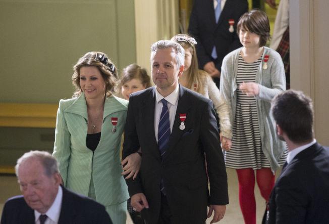 <p>PYNTET TIL FEST: Prinsesse Märtha Louise og Ari Behn sammen med resten av kongefamilien ankommer gudstjeneste i Slottskapellet søndag formiddag.</p>