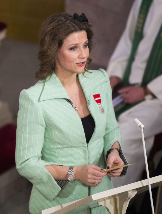 <p>LESTE: Prinsesse Märtha Louise, for anledningen kledd i en mintgrønn drakt, leste bibelvers for foreldrene sine.</p>