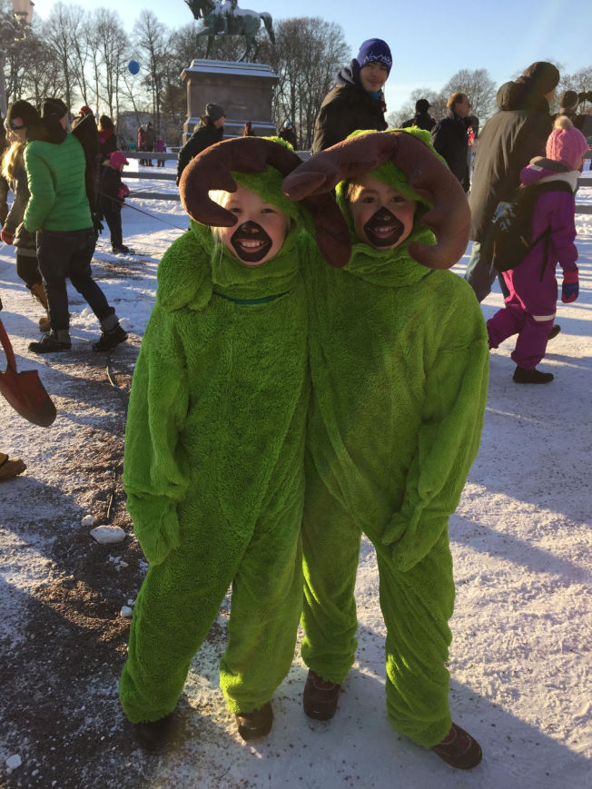 <p>GRØNNE: Kaja Berg Remo (10) og Åsne Jansen Tryti (10) er maskoter fra skiforeningen, og deltar i søndagens jubileumsfeiring. - Vi er her for å heie på alle som står på ski, sier jentenen til VG.</p>