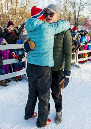 <p>HJERTELIG: Kronprinsesse Mette-Marit klemmer Marius Borg Høiby under vinteraktivitetene på Slottsplassen.</p>