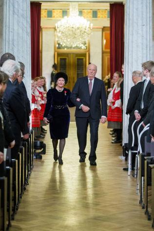 <p>FESTFORESTILLING: Kong Harald og dronning i Universitetets aula søndag ettermiddag.</p>