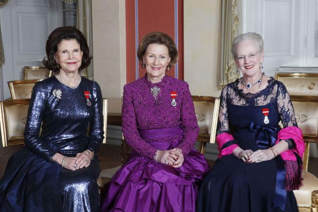 <p>DRONNINGTRIO: Dronning Silvia (f.v.), dronning Sonja og dronning Margrethe på de offisielle gallabildene søndag kveld.</p>