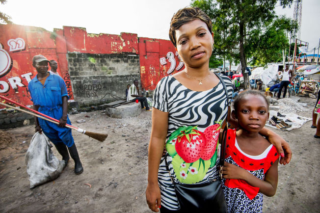 <p>MISTET MANNEN: Bibiche Olendjeke (33) møter VG sammen med datteren Ruth (7) i Kinshasa.</p>