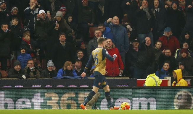 <p>FIKK GJENNOMGÅ: Arsenals Aaron Ramsey, her under kampen mot Stoke på Britannia Stadium i går, fikk lite hyggelige tilrop fra hjemmefansen.</p>