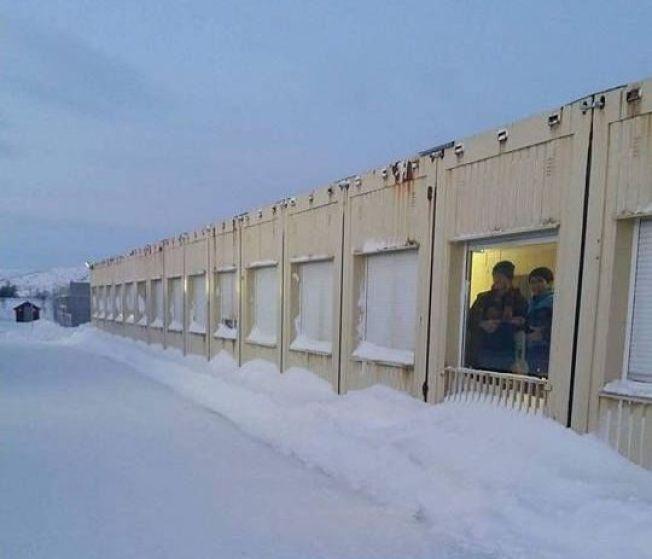 <p>VENTEMOTTAK: Vestleiren i Kirkenes fylles nå av asylsøkere som kom til Norge over Storskog. De skal trolig sendes ut av landet raskt.</p>