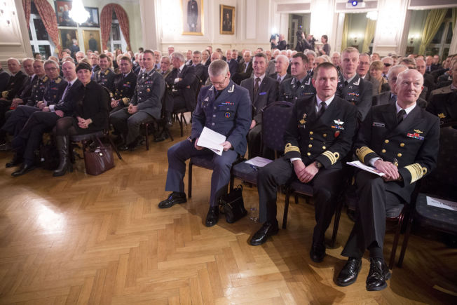 MILITÆRT: Forsvarsminister Ine Eriksen Søreide (til venstre for midtgangen) var til stede da forsvarssjef Haakon Bruun-Hanssen (til høyre) holdt sin statusoppdatering.