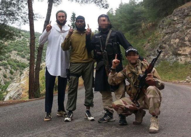 <p>SYRIA-FARERE: Bildet er tatt i mai 2013 i Syria, nær den tyrkiske grensen. Fra venstre: Valon Avdyli, Djibril Abdi Bashir. Nest lengst til høyre står en for PST ukjent mann og lengst til høyre en avdød norsk-algerer (32) sittende på kne.</p>