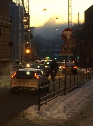 <p>TETT: Trafikken utenfor Ruseløkka skole tirsdag morgen.</p>