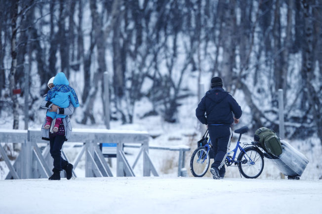 <p>SKAL UT: Et par med barn passerer den norsk-russiske grensen på Storskog i Finnmark midt i november. Dene dagen krysset et tyvetalls asylsøkere grensen. Nå vil myndighetene kaste dem ut av Norge.</p>
