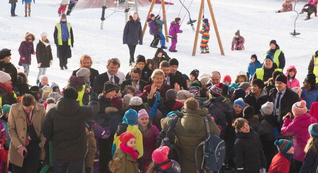 <p>ERNA MOT MOBBING: Kunnskapsminister Torbjørn Røe Isaksen og statsminister Erna SolberG (i midten) tar en «high five» med elever på Marienlyst skole før signeringen av det nye partnerskap mot mobbing sist fredag.</p>