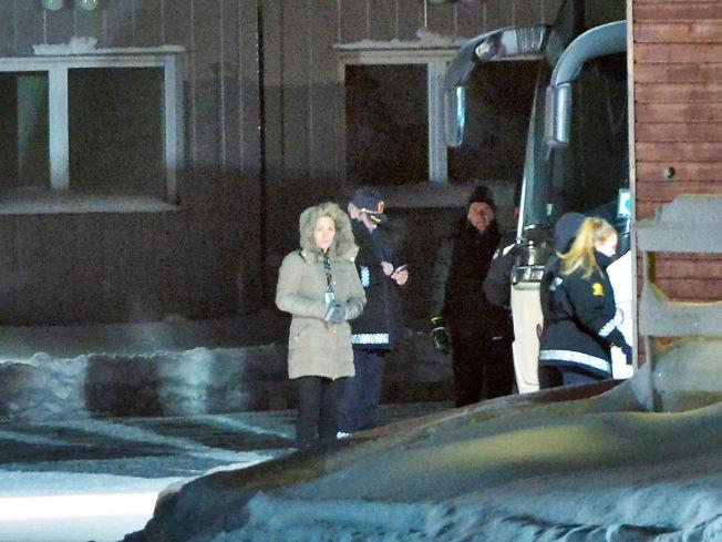 <p>UTTRANSPORTERING: En buss som skal kjøre asylsøkere tilbake til grensen ankom tirsdag ettermiddag asylleiren i Kirkenes.</p>