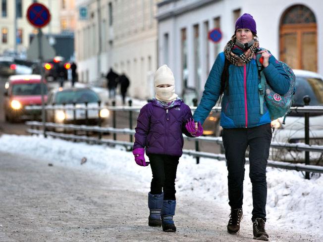 <p>DÅRLIG LUFT: Karianne og mamma Sara Jensen er sikre på at biltafikken i Løkkeveien foran skolen har mye av skylden for Kariannes luftveisproblemer.</p>