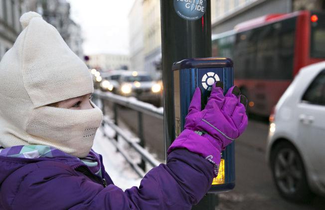 <p>SKOLEVEI: Når mamma Sara Jensen henter Karianne etter skolen på kalde dager, har datteren maske på seg.</p>