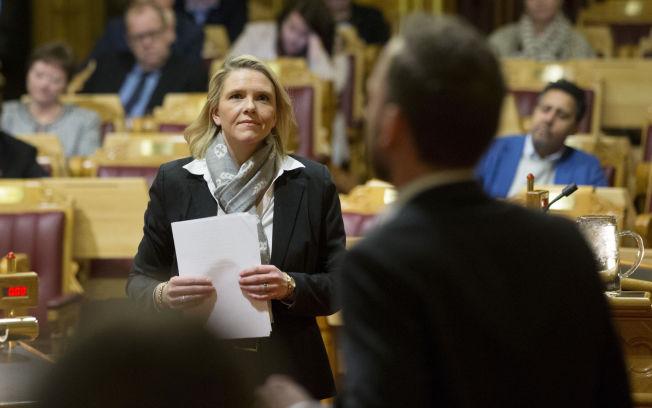 <p>MÅTTE SVARE FOR SEG: Innvandringsminister Sylvi Listhaug (Frp) var, på SV-leder Audun Lysbakkens (til høyre) forespørsel, tirsdag innkalt til Stortinget hvor hun måtte svare på om Norges utsendelse av asylsøkere til Russland er i tråd med Norges internasjonale forpliktelser.</p>