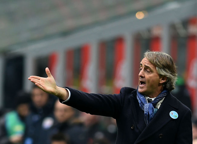 Inter Milan's coach Roberto Mancini shouts as he gestures during the Italian Serie A football match Inter Milan vs Ac Sassuolo on January 10, 2016 at San Siro stadium in Milan. / AFP / ALBERTO PIZZOLI