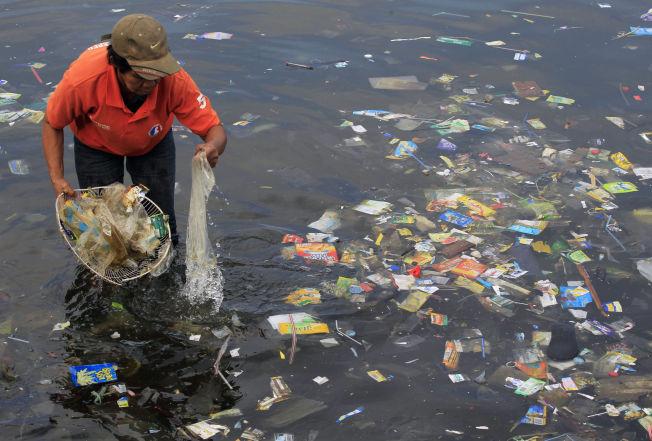 <p>PLASTKATASTROFEN: Vi er iferd med å kaste oss til en global miljøkatastrofe som truer verdenshavene: Hvert eneste år ender mer enn åtte millioner tonn plast i havet.</p>