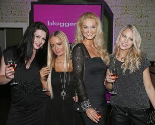 <p>KJENDISBLOGGERE: Sophie Elise er med i TV-serien «Bloggerne». Her omgitt av (f.v.) Suzanne Aabel Marna Haugen og Emilie «Voe» Nereng i en tidligere sesong .<br/></p>