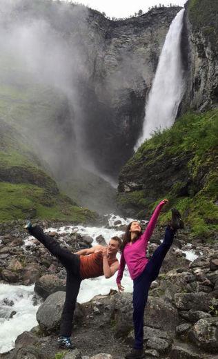 <p>LITT KUNSTLØP: Lukas Helgesson og Anne Line Gjersem foran Vettisfossen i Årdal kommune i sommer.<br/></p>
