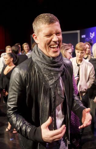 <p>I KALAS-HUMØR: Den ferske Grand Prix-generalen Jan Fredrik Karlsen var i vigør under tirsdagens pressekonferanse. Foto: NTB SCANPIX</p>