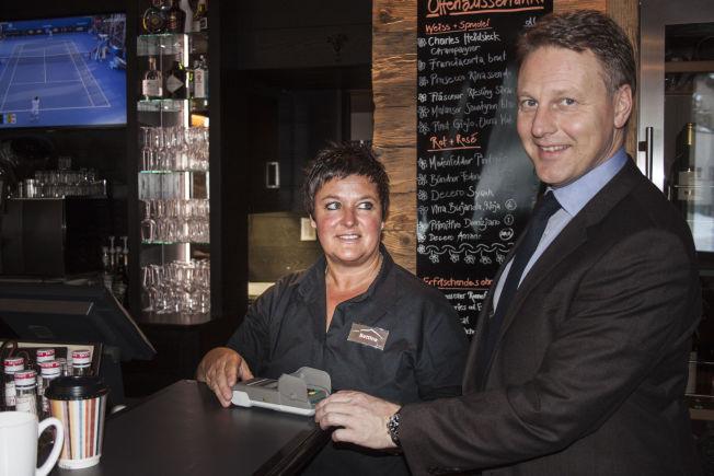 <p>KORT: Konserndirektør Trond Bentestuen i DNB betaler for maten med kort i restauranten til Bettina Caprez. – Jeg har ikke hatt kontanter på lang tid, sier han.</p>