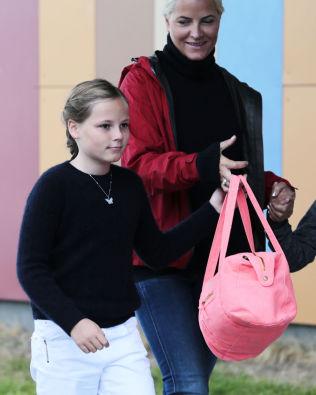 <p>FØRSTE DAGEN: Prinsesse Ingrid Alexandra og kronprinsesse Mette-Marit i 2014, da den unge prinsessen startet på privatskolen i Bærum.</p>