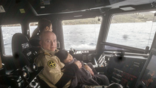<p>I KAPTEINENS FANG: Skipsfører Rune Pedersen fra Redningsselskapet med en sovende toåring på fanget på vei inn mot havnen på Lesbos etter den dramatiske redningsaksjonen onsdag.<br/></p>