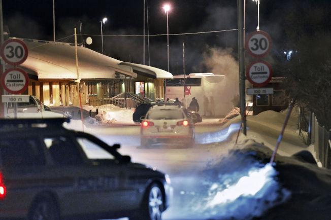 <p>UTE AV NORGE: Her krysser bussen med asylsøkerne krysser til Russland, i bakgrunnen, mens norsk politi avslutter arbeidet sitt denne tretti grader kalde vinterkvelden. I bussen er tretten flyktninger, blant dem de to mennene fra Jemen.</p>