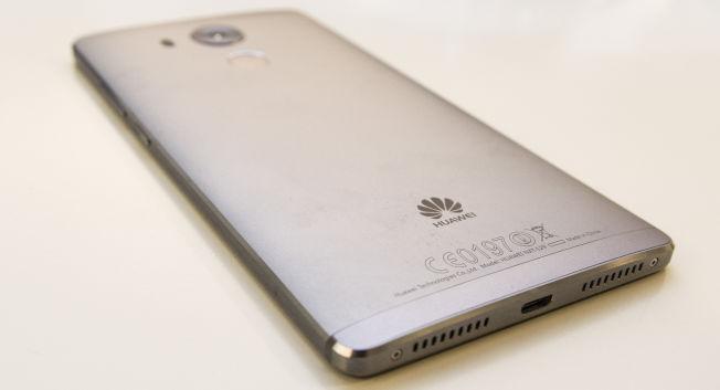 Huawei Mate 8 er bygget i aluminium fra topp til tå. Fullt så eksklusiv som en iPhone eller Galaxy S6 Edge ser den kanskje ikke ut, men den er velbygget og virker solid.