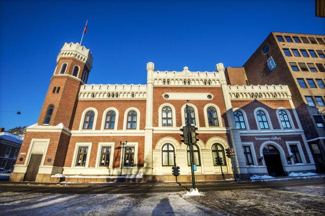 <p>– BORTE FRA JOBBEN: Den 57 år gamle korrupsjonssiktede kvinnens arbeidsplass er i rådhuset i Drammen, som torsdag badet i sol i det kalde vinterværet på Østlandet.</p>
