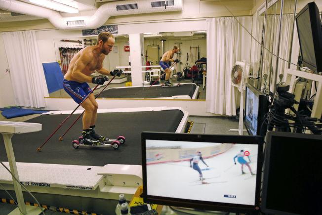 <p>STUDERER SEG SELV: Martin Johnsrud Sundby er ekstremt opptatt av detaljer for å bli bedre. Torsdag kveld trente han en drøy time i Olympiatoppens lokaler - samtidig som han studerte sine egne løp fra Tour de Ski.</p>