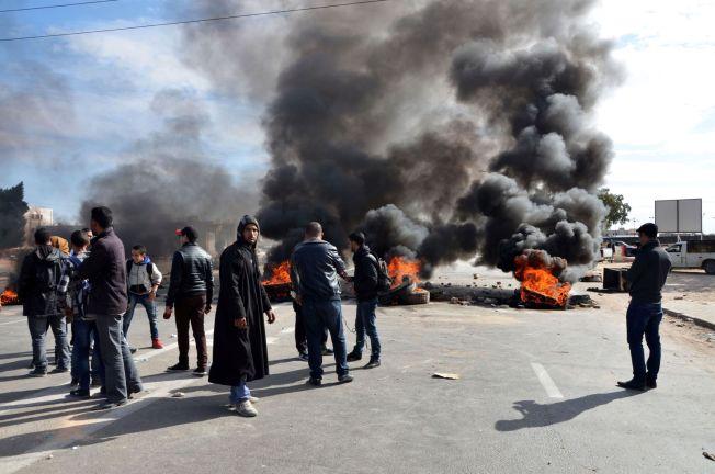 <p>SPERRER VEIEN: Unge tunisiske studenter har blokkert veien med brennende dekk i byen Ben Guerdane, for å vise solidaritet med demonstrantene i Kasserine.</p>